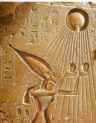 """Echnatonas garbina """"Ra"""" ar Saulę."""