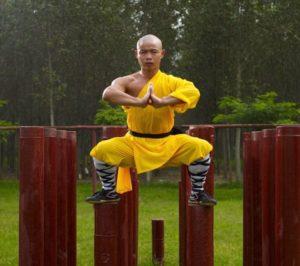 Šaolin vienuolis kovos menų praktikų metu praktikuoja meditaciją.