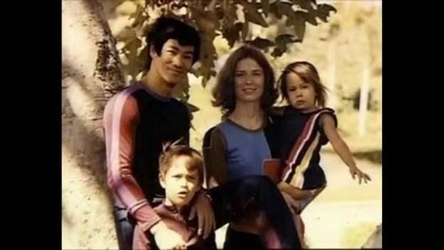 Briusas Li su savo žmona ir vaikais.